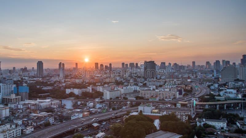 De Stad van Bangkok bij zonsopgangtijd, Hotel en ingezeten gebied in de hoofdstad van Thailand Hoogste mening: de moderne bouw in royalty-vrije stock fotografie