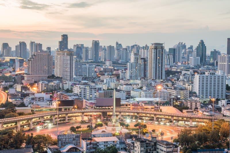 De Stad van Bangkok bij zonsopgangtijd, Hotel en ingezeten gebied in de hoofdstad van Thailand Hoogste mening: de moderne bouw in stock afbeelding