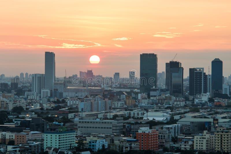 De Stad van Bangkok bij zonsopgangtijd, Hotel en ingezeten gebied in de hoofdstad van Thailand Hoogste mening: de moderne bouw in stock afbeeldingen