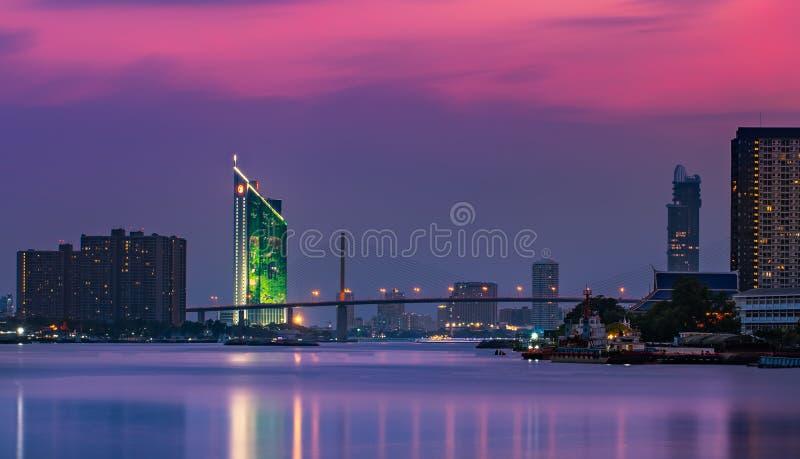 De stad van Bangkok - cityscape Rama9 brug bij phrayarivier van nachtchao, landschap Bangkok Thailand stock afbeelding