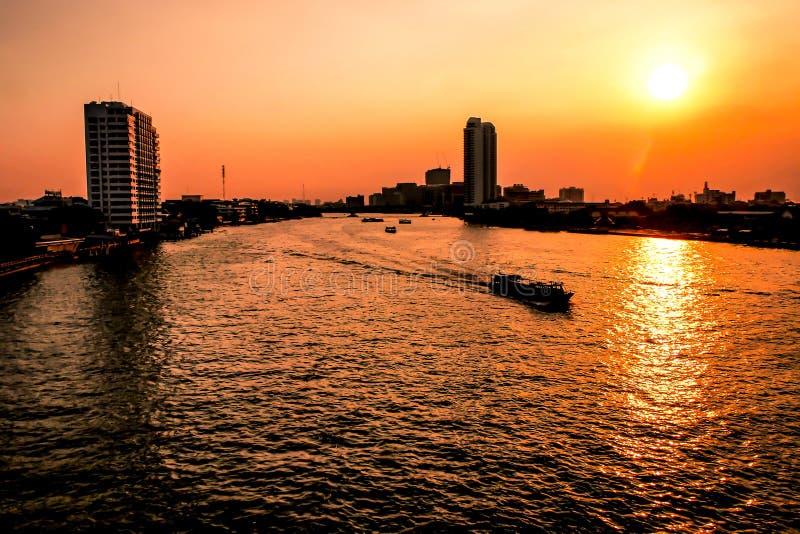 De Stad van Bangkok - de stads stedelijke horizon van de binnenstad van Satellietbeeldchao phraya river bangkok van Thailand bij  stock fotografie
