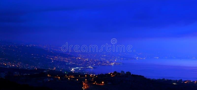 De stad van bergen bij nacht royalty-vrije stock foto's
