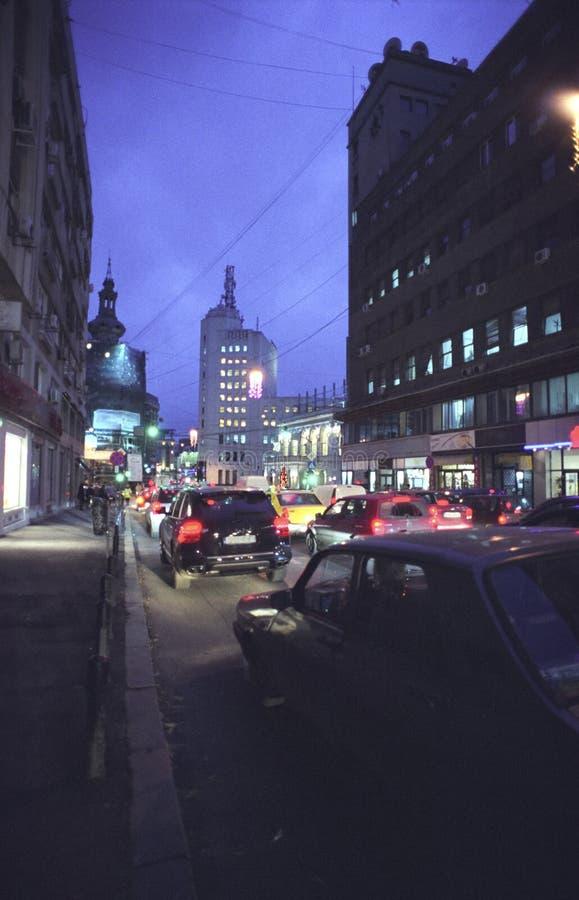 De stad van Boekarest bij nacht stock afbeeldingen