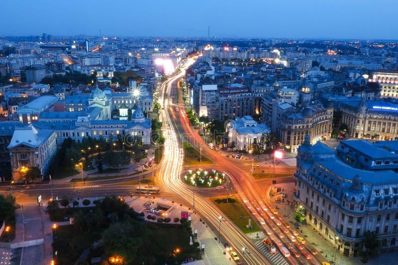 De stad van Boekarest bij nacht Universitair Vierkant, km 0 van het Kapitaal royalty-vrije stock fotografie