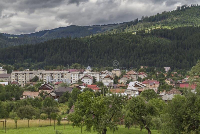 De stad van campulung-Moldovenesc na een dag van regen, de zon a royalty-vrije stock foto's