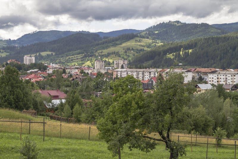 De stad van campulung-Moldovenesc na een dag van regen, de zon a royalty-vrije stock afbeeldingen