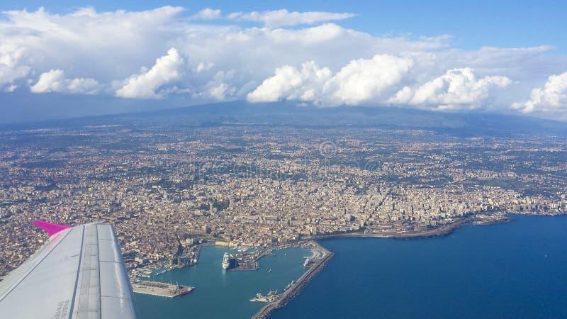 De stad van Catanië, zet Etna op en Ionisch royalty-vrije stock afbeeldingen