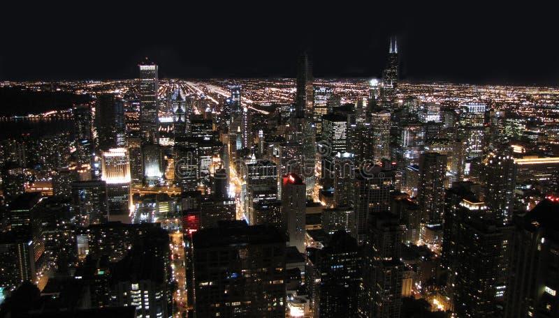 De stad van Chicago bij nacht stock afbeeldingen