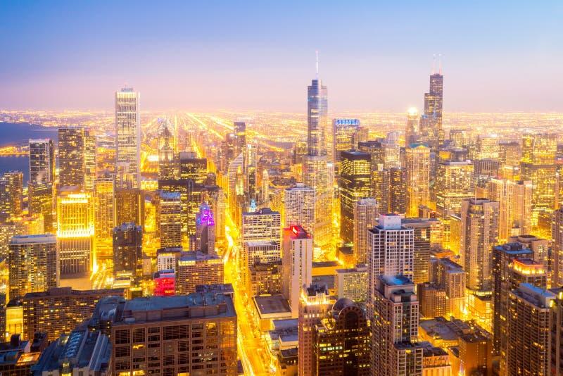 De Stad van Chicago de stad in bij schemer royalty-vrije stock afbeelding