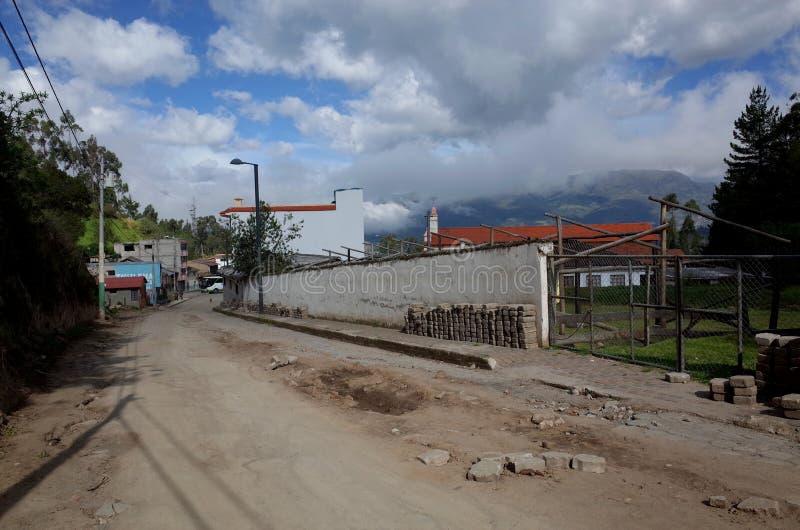 De stad van Chugchilan die door op de Quilotoa-Lijn wordt overgegaan royalty-vrije stock foto's