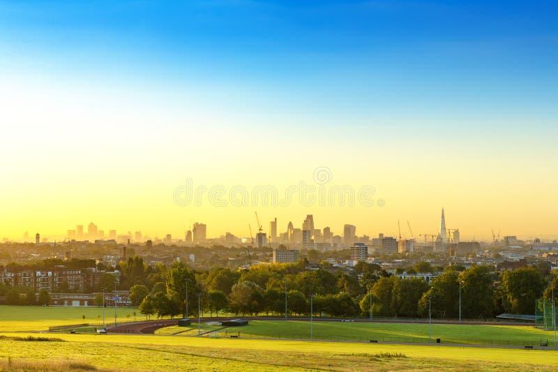 De Stad van Cityscape van Londen bij Zonsopgang met vroege Ochtendmist van Hampstead-Dopheide De gebouwen omvatten de Scherf, Aug stock afbeeldingen