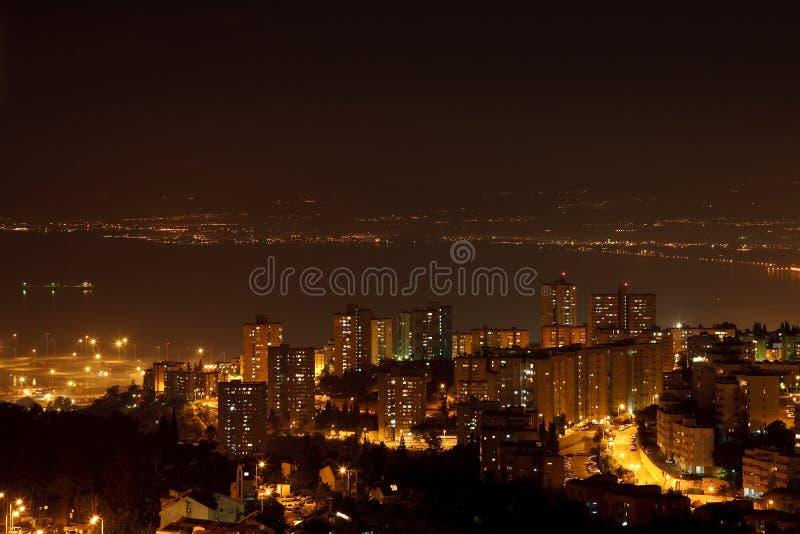 De stad van de nacht dichtbij het overzees