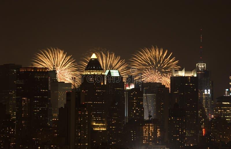 De stad van de nacht met vuurwerk op de achtergrond royalty-vrije stock afbeelding