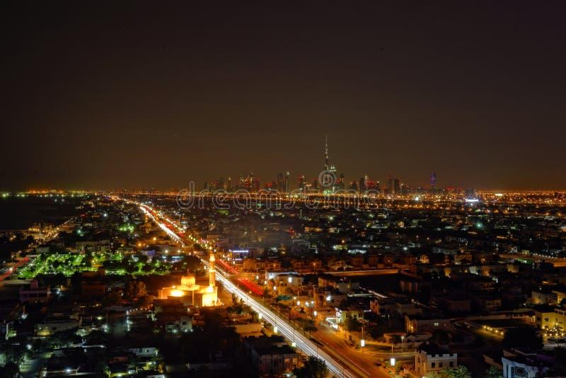 De stad van Doubai bij nacht royalty-vrije stock afbeeldingen