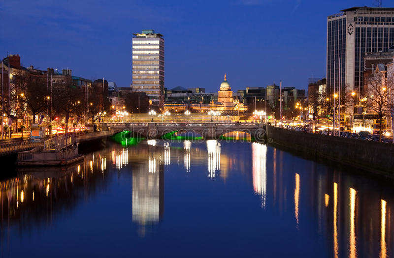 De stad van Dublin bij zonsondergang stock foto