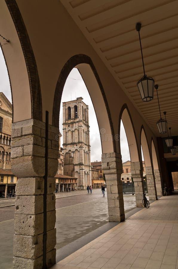 De stad van Ferrara de stad in, torentje of klokketoren van de kathedraal van heilige George is op achtergrond, Italië stock foto's