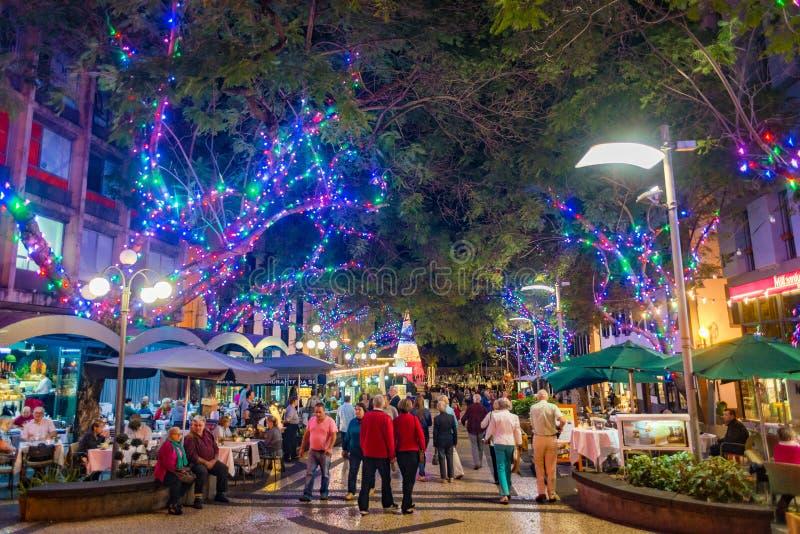 De stad van Funchal bij nacht met Kerstmis steekt decoratie aan stock foto