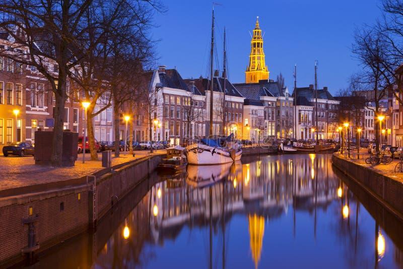 De stad van Groningen, Nederland met a-kerk-A bij nacht stock fotografie