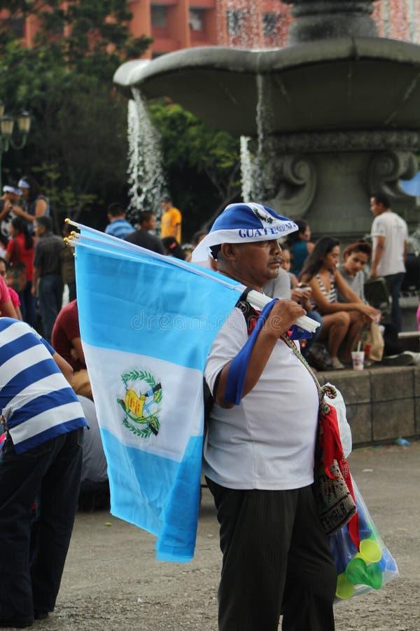 De STAD van GUATEMALA, GUATEMALA - Vlagverkoper stock foto's