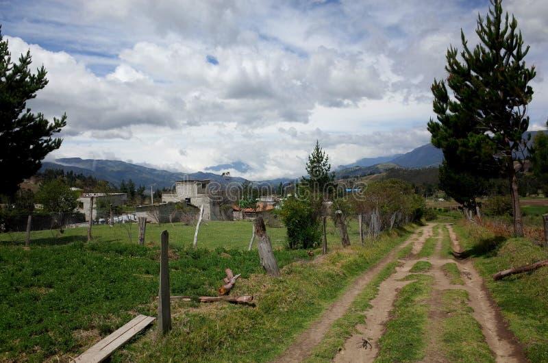 De stad van Guayama San Pedro die door op de Quilotoa-Lijn wordt overgegaan royalty-vrije stock afbeelding