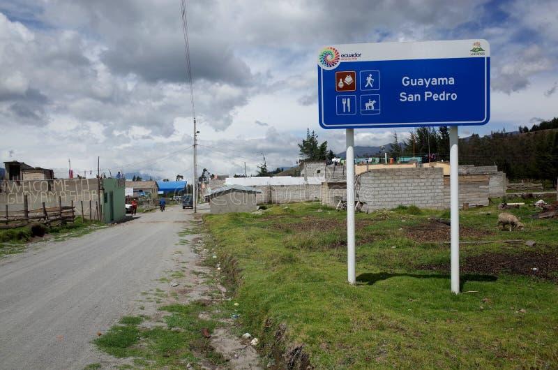 De stad van Guayama San Pedro die door op de Quilotoa-Lijn wordt overgegaan royalty-vrije stock foto