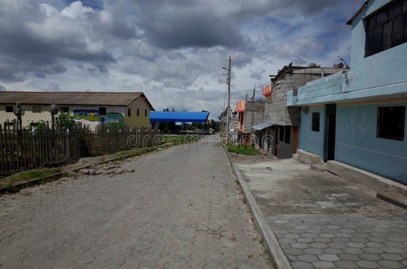 De stad van Guayama San Pedro die door op de Quilotoa-Lijn wordt overgegaan stock fotografie