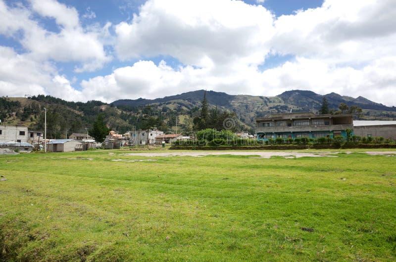 De stad van Guayama San Pedro die door op de Quilotoa-Lijn wordt overgegaan royalty-vrije stock foto's