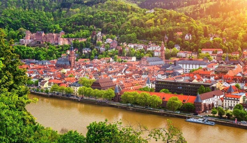 De stad van Heidelberg met het de beroemde oude brug en kasteel van Heidelberg, Heidelberg, Duitsland stock afbeelding