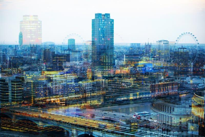 De stad van het bureaugebouwen van Londen bij zonsondergang en eerste nacht steekt agains van vensterbezinning aan royalty-vrije stock afbeelding