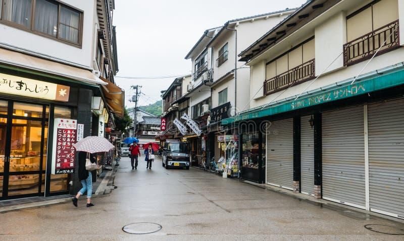 De stad van het toeristenbezoek van Itsukushima royalty-vrije stock afbeeldingen