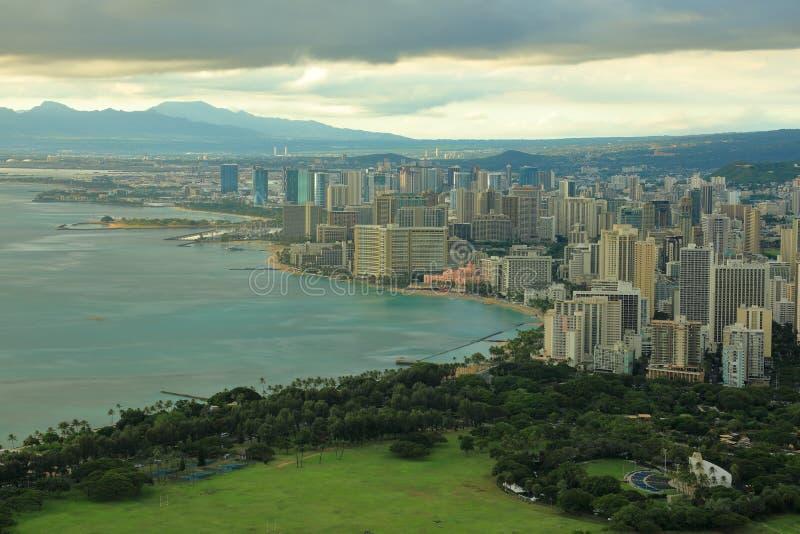De stad van Honolulu en Wikiki-strand onder zware wolken stock foto