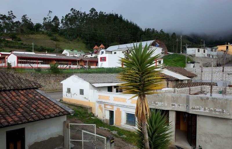 De stad van Isinlivi die door op de Quilotoa-Lijn wordt overgegaan stock foto's