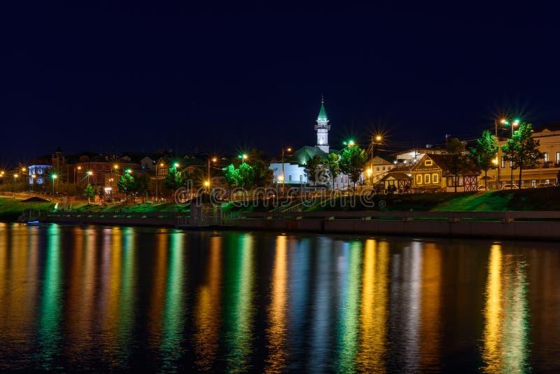 De stad van Kazan tijdens een mooie de zomernacht met kleurrijke lichten stock fotografie