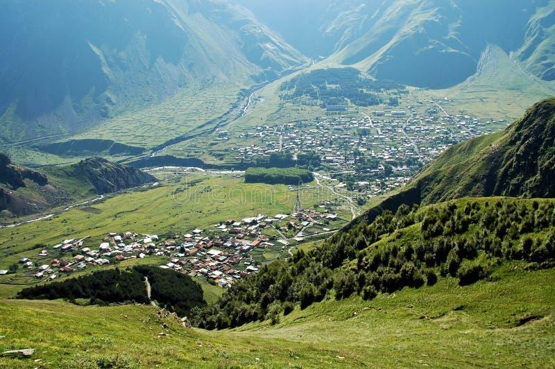 De stad van Kazbegi, de berg van de Kaukasus royalty-vrije stock foto's