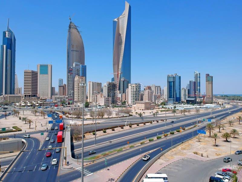 De Stad van Koeweit - de Reuzen van Moderne Horizoncityscape van Koeweit bereiken Nieuwe Stijgende Hoogten stock foto's