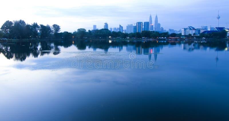 De stad van Kuala Lumpur van Titiwangsa-meer stock afbeelding