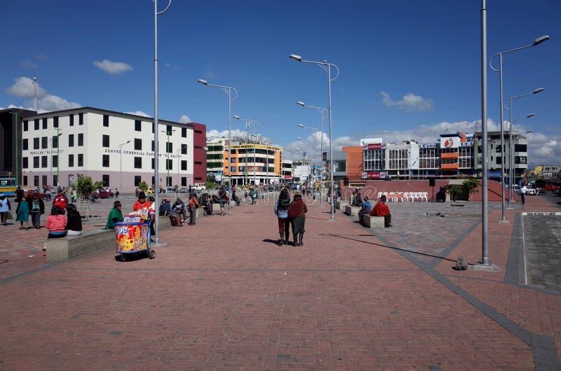 De stad van Latacunga die door op de Quilotoa-Lijn wordt overgegaan stock foto