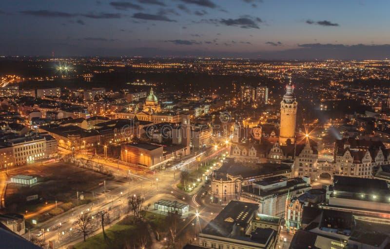 De stad van Leipzig in de nacht stock foto's