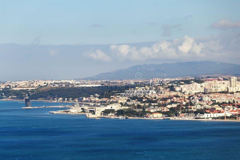 De stad van Lissabon met overzeese kust stock afbeeldingen
