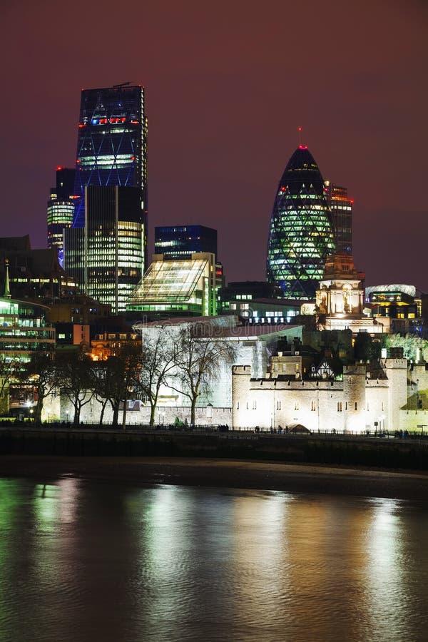 De stad van Londen bij de nacht royalty-vrije stock afbeeldingen