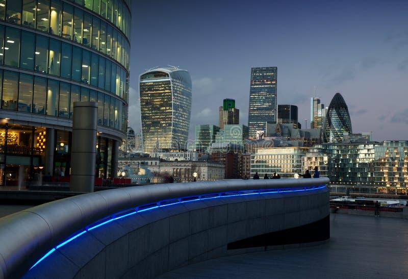 De stad van Londen bij schemer stock afbeeldingen