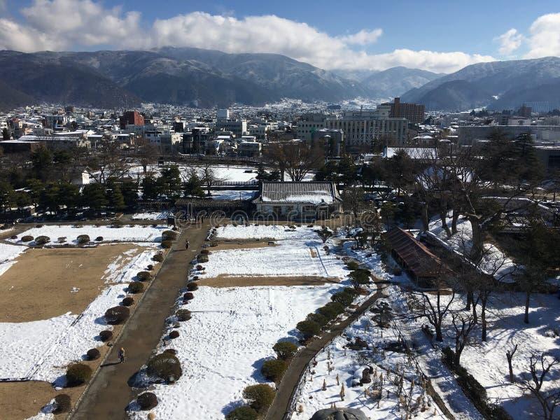 De stad van Matsumoto die door sneeuw luchtmening wordt bedekt in Nagano Japan stock foto's