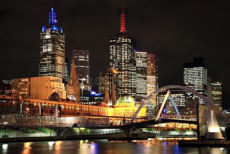 De stad van Melbourne bij nacht stock foto's