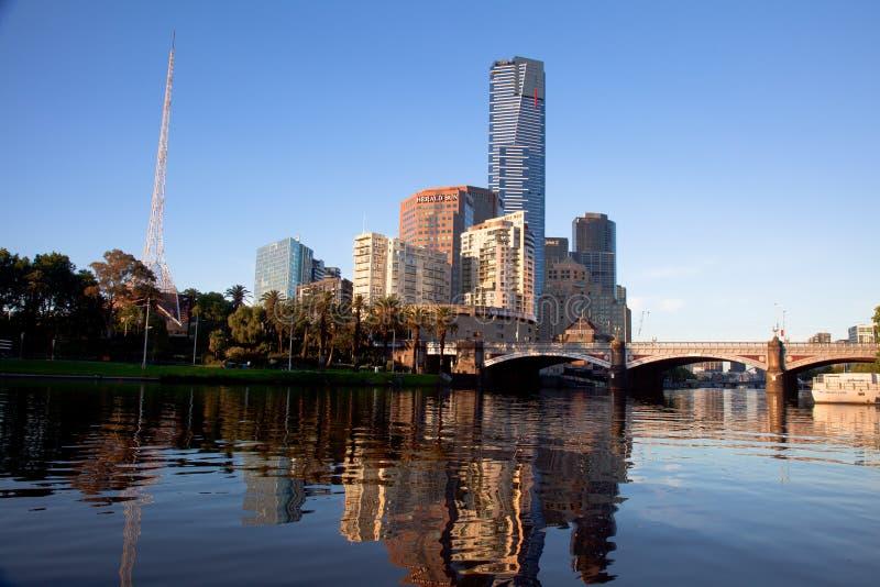 De Stad van Melbourne en Rivier Yarra bij Zonsopgang stock afbeeldingen