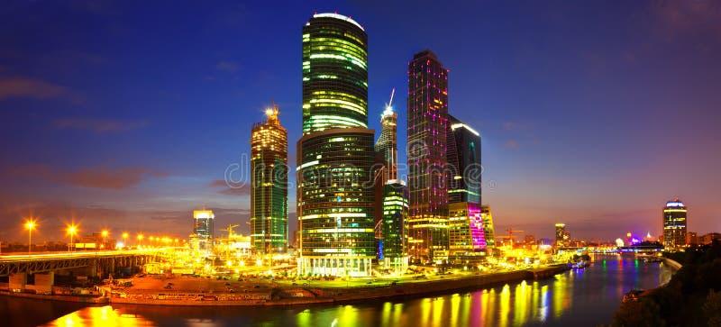 De Stad van Moskou bij nacht stock afbeelding