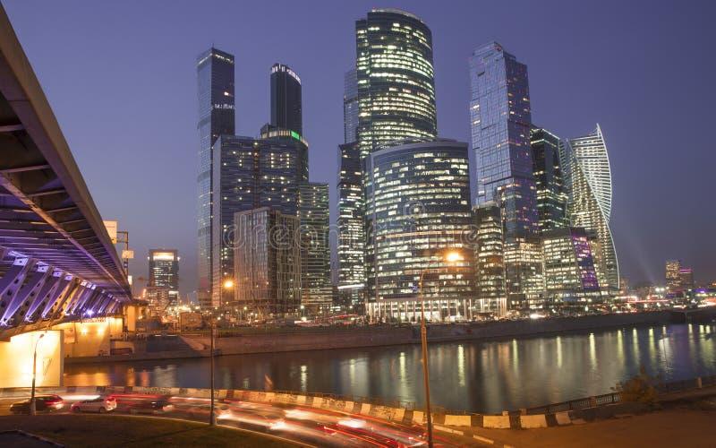 De Stad van Moskou - Commercieel van Moskou Internationaal Centrum bij nacht stock fotografie