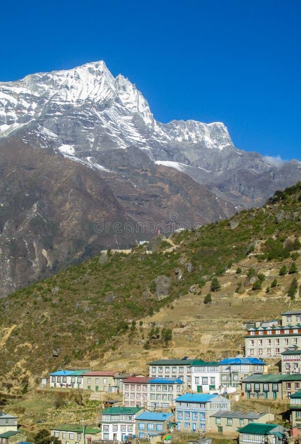 De stad van de Namchebazaar in Khumbu, bergdorp op EBC-trekkingsroute in Nepal stock afbeeldingen