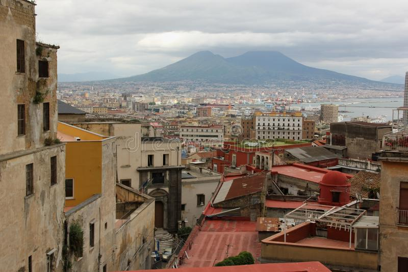 De stad van Napels en de Vesuvius stock fotografie