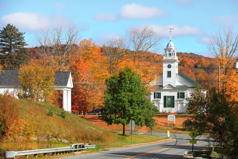 De stad van New England met dalingsgebladerte stock foto