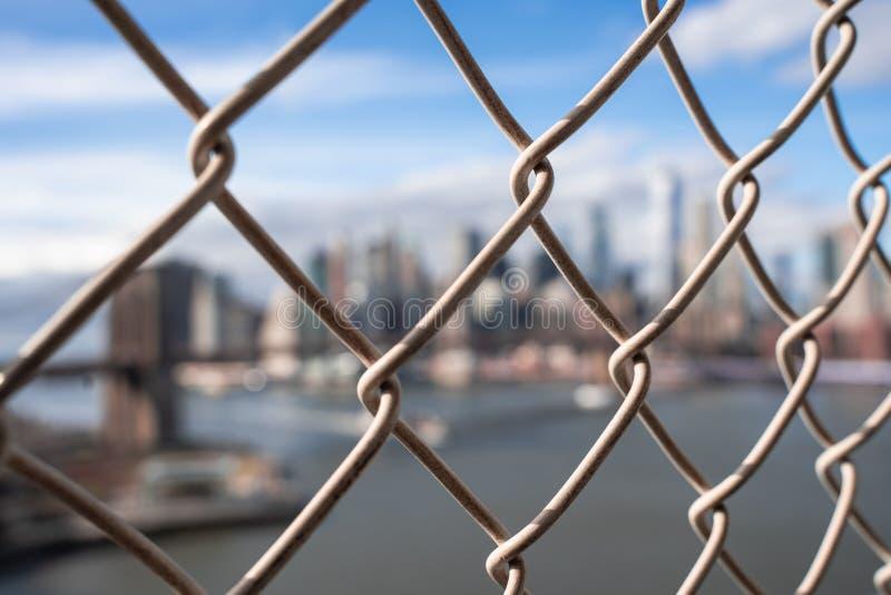 De Stad van New York achter kooi stock afbeeldingen